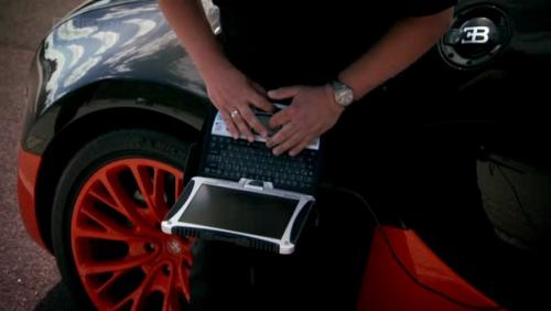 Инженер Bugatti с ноутбуком CF-19