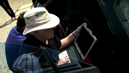 Инженер Bugatti с ноутбуком CF-30